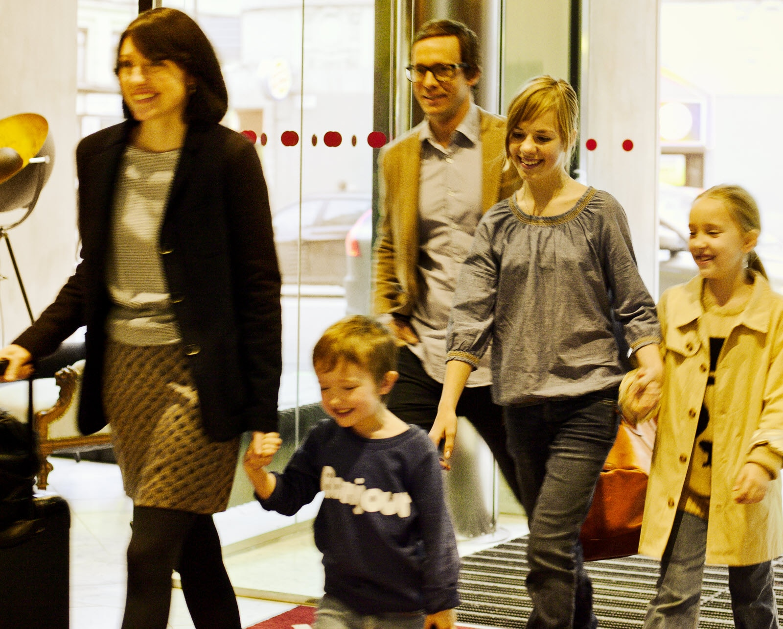 Family entering the hotel together through the entrance of the hotel